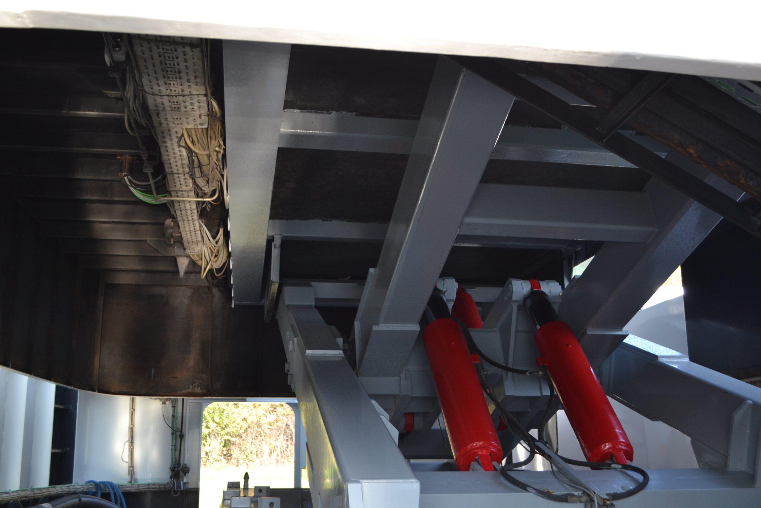 Blick unter das Steuerhaus. Die Hydraulik ist notwendig für die Höhenverstellung des Steuerhauses, damit auch niedrige Brücken unfallfrei passiert werden können. Das macht das Verlegen unserer Kabel nicht unbedingt einfacher.